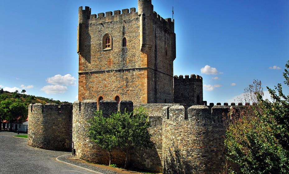 Castelo de Bragança: É um dos mais importantes e bem preservados castelos de Portugal, construído para dominar a zona mais periférica do reino. As janelas góticas, um Pelourinho e a Torre da Princesa, são alguns dos elementos que levam milhares de turistas à região norte de Portugal.