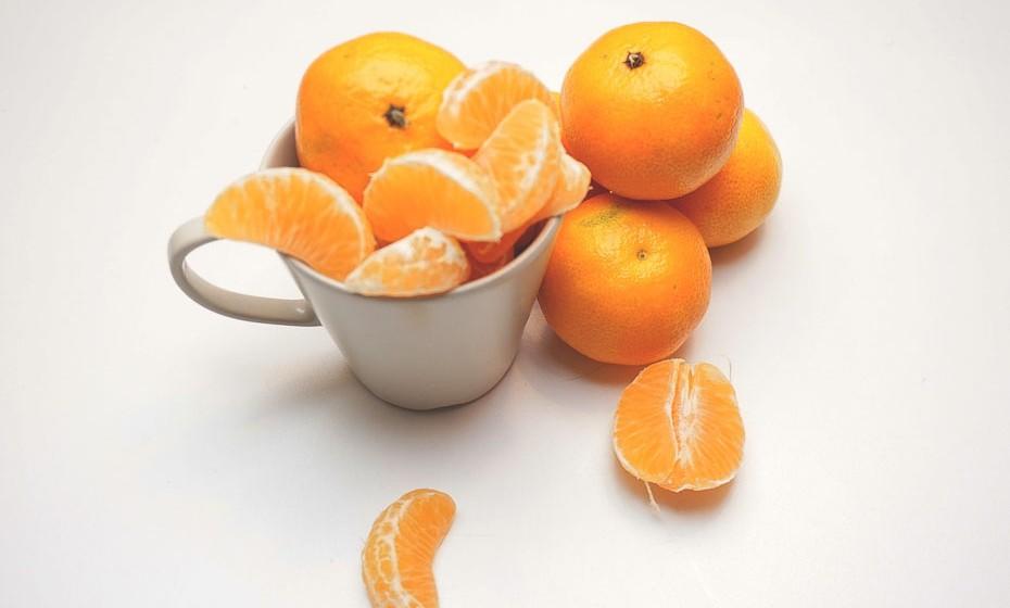 A tangerina é um 'parente' mais pequeno da família dos cítricos, no entanto, é grande em benefícios para a saúde. É um fruto leve, fresco é baixo em calorias e é também uma boa fonte de fibras, potássio e vitamina C.