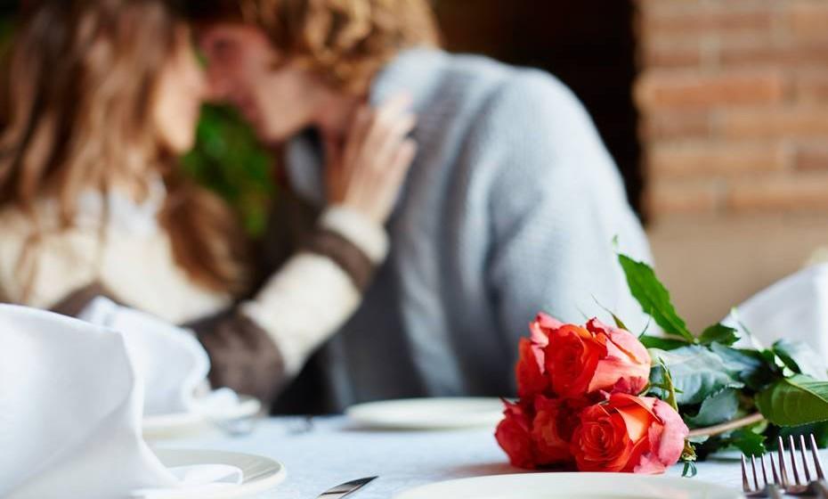 Estar em pleno ato com uma mulher casada e ser apanhado pelo marido, que resolve juntar-se aos dois na cama.