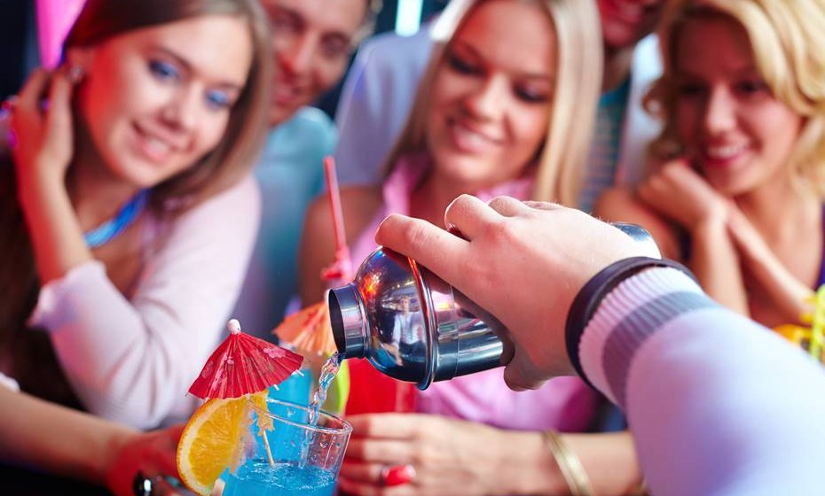 Visitar uma casa de swing com a namorada ou companheira e, sem ciúmes de ambas as partes,  aproveitar para flirtar com outras mulheres.