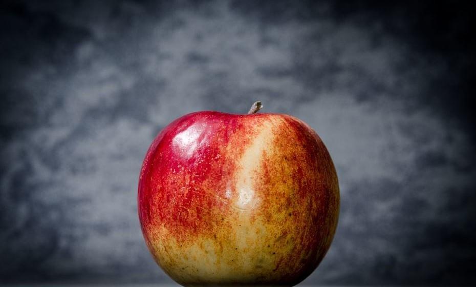 Maçã: Ver uma maçã em sonhos é um sinal positivo, especialmente se for uma maçã vermelha com folhas verdes. Colher a maçã da árvore significa que está na hora de tomar uma atitude, já maçãs caídas no chão, são sinal de amigos falsos e uma maçã podre pode significar que vai ter uma desilusão.
