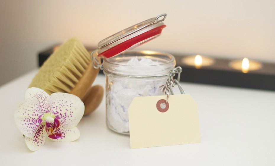 Exfolie: Não pense que, por a pele estar sempre escondida atrás de tecidos durante a época fria, esta não necessita ser exfoliada. Pelo contrário, mantenha o hábito de fazer a exfoliação uma vez por semana, de forma a que a pele possa absorver melhor o creme.