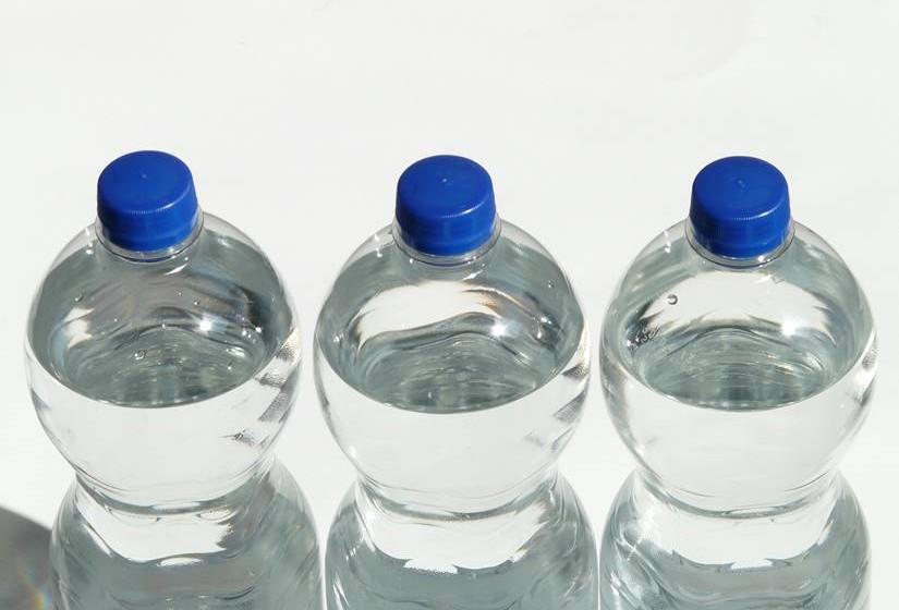 Beba muitos líquidos (água e sumos, de preferência sem açúcar). A ingestão de líquidos, principalmente a água, é importante porque o vírus pode causar febre e assim evita a desidratação. Além disso, a água ajuda a fluidificar as secreções da garganta e nariz, ajudando o paciente a respirar melhor.