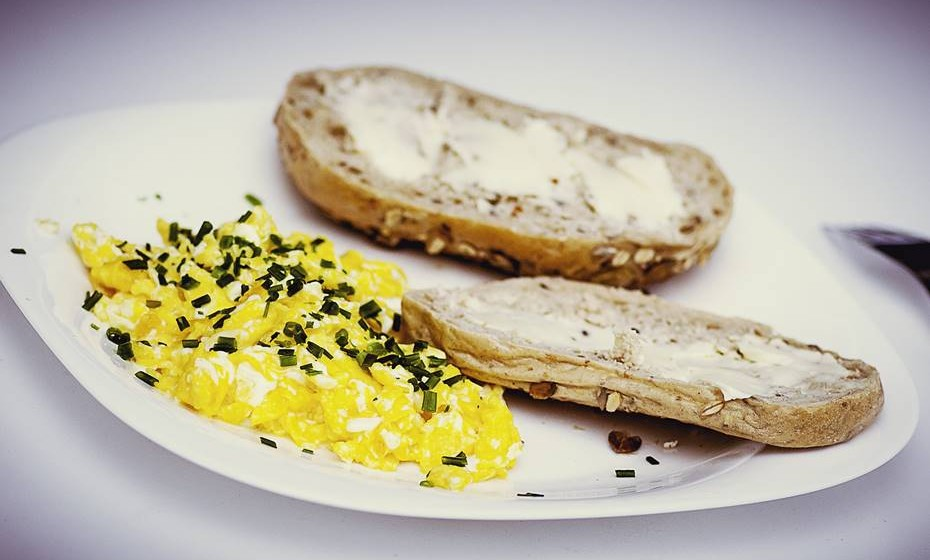 Viva as proteínas: Há hidratos de carbono, nomeadamente pão, cheios de açúcares pouco saudáveis, que fazem com que o nível de açúcar no sangue suba e desça rapidamente, criando a sensação de fome. Por isso, ao pequeno-almoço, preferia ingerir proteínas e gorduras saudáveis, como abacate ou amêndoas, juntamente com ovos ou pão integral, o que vai fazer com que se sinta satisfeita por mais tempo.
