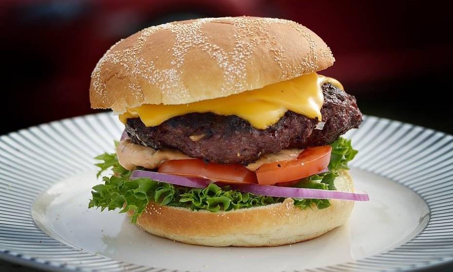 """Comer hambúrgueres engorda? Quem disse? Rompemos com este mito e damos-lhe a """"prova"""" de que através de combinações improváveis e com poucas calorias pode ter uma refeição saborosa e saudável. Bom apetite."""