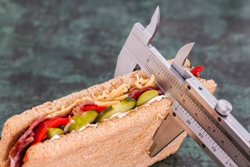 Saber quantas calorias tem um alimento não é propriamente fácil. Mas nós fizemos as contas e revelamos-lhe 24 snacks com apenas 100 kcal, que pode conjugar da forma que mais lhe aprouver e sem pesar na balança. A revisão técnica é da nutricionista Helena Cid.