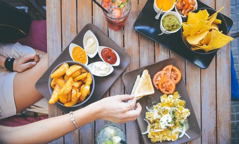 Resista às tentações. Encontros de trabalho, conferências, reuniões… locais onde as pausas têm snacks muitas vezes pouco recomendáveis para quem quer fazer dieta. Resista. Leve fruta, bolachas integrais na mala. Tome o controlo da sua alimentação.