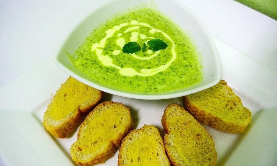 Sopa de espinafres para toda a família, rápida de confecionar e resolve a falta de tempo ao final de um dia de trabalho.