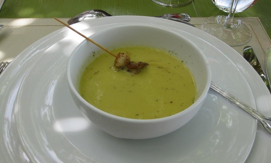 Uma sopa de creme de ervilhas é um prato leve, rico em proteína e antioxidantes. E tem a vantagem de ser um vegetal com poucas calorias.