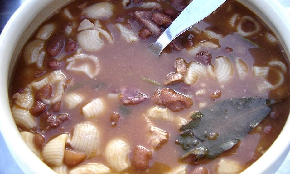 Um clássico no universo das sopas: a sopa de feijão. Uma ótima ideia para aquecer nos dias frios, mas cuidado com os abusos se for na hora do jantar.