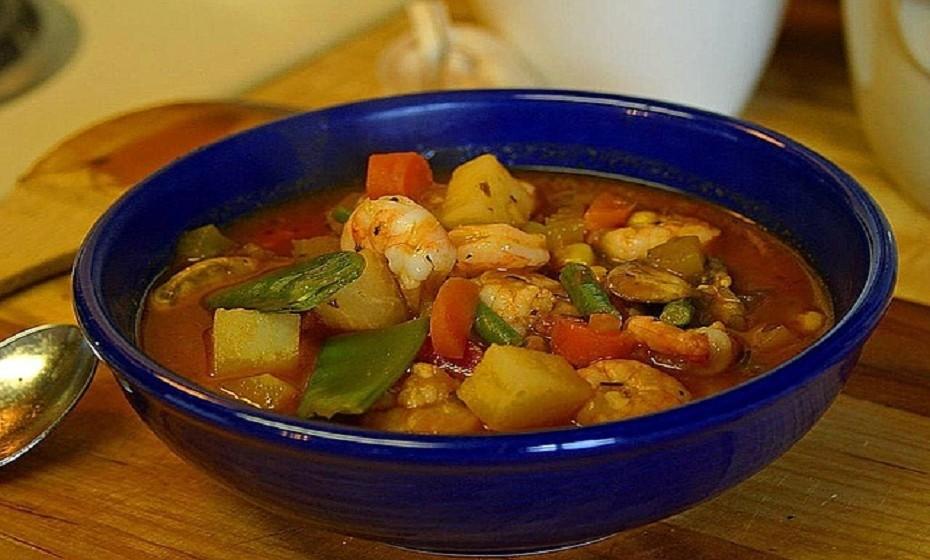 Sopa de peixe. Uma opção muito rica, diferente e igualmente saborosa, com um toque de mar a relembrar o verão e quentinha para aquecer no inverno.