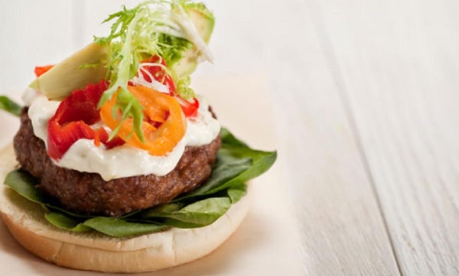 Hambúrguer com alcachofra e queijo de cabra, uma combinação improvável que permite viajar por vários sabores.  Ingredientes: carne picada (a gosto), manjericão, mostarda Dijon, alho, sal, pimenta preta, óleo, pão de hambúrguer de trigo integral, alcachofra e queijo de cabra para a cobertura. Calorias: 288.