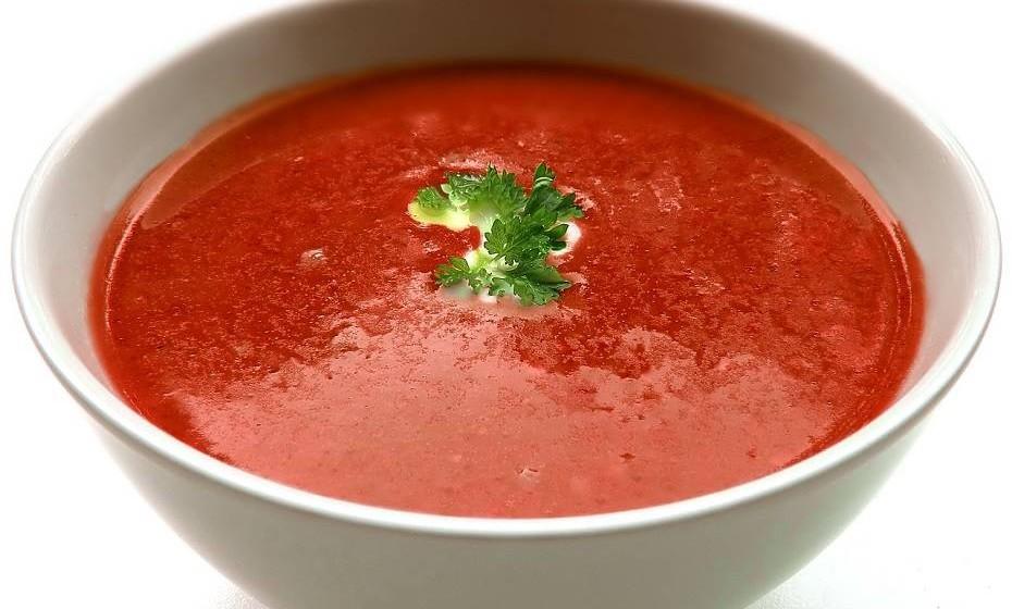 A sopa de tomate com grão-de-bico e especiarias é uma opção fácil e diferente para trazer um pouco de calor ao inverno.