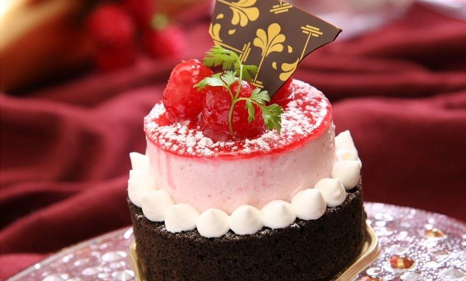 Bolo: É um sinal positivo sonhar com bolo. Se este é grande e bonito, quer dizer que vai reencontrar amigos num momento feliz. Já sonhar que come um bolo estragado pode significar que está a adiar uma decisão. Se está na fila para comprar um bolo, e alguém o compra antes de si, é um aviso de que poderá estar a perder uma boa oportunidade de negócio.