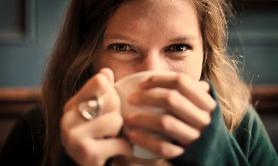 Ingira líquidos: No inverno, é fácil esquecermos que o nosso corpo necessita da mesma quantidade de líquidos porque simplesmente não sentimos sede. Mas, por isso, prefira chás sem açúcar aos cafés.