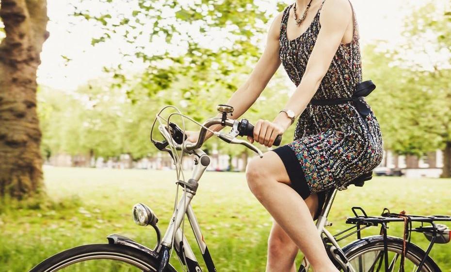 Faça programas ativos em família ou com amigos. Não tem de se enfiar num ginásio. Combine caminhadas, jogos, brinque com as crianças no parque, dê um passeio de bicicleta, etc..