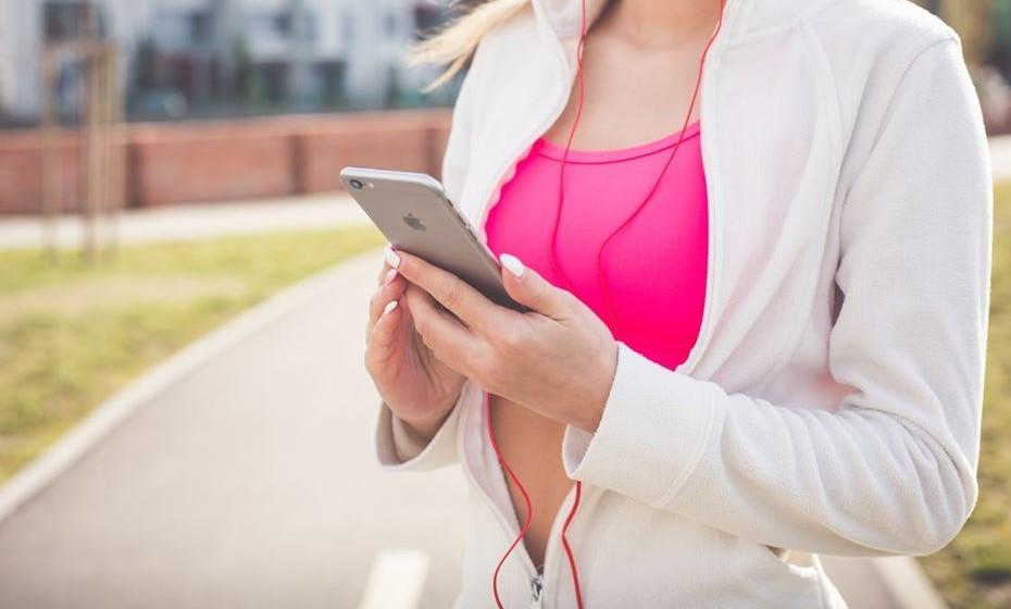 Recorra às novas tecnologias. Existem múltiplas aplicações para smartphone e mesmo pequenos dispositivos móveis que monitorizam passos, frequência cardíaca, calorias consumidas e gastas, etc.. Estabeleça os seus objetivos e faça destas soluções as suas maiores aliadas.