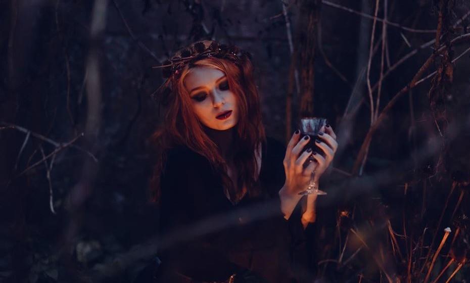 Bruxa: Um clássico desta festividade. Em qualquer festa é certo que vai encontrar mais do que uma bruxa. E a melhor parte é que só precisa de um vestido preto básico e comprar um chapéu e uma vassoura.