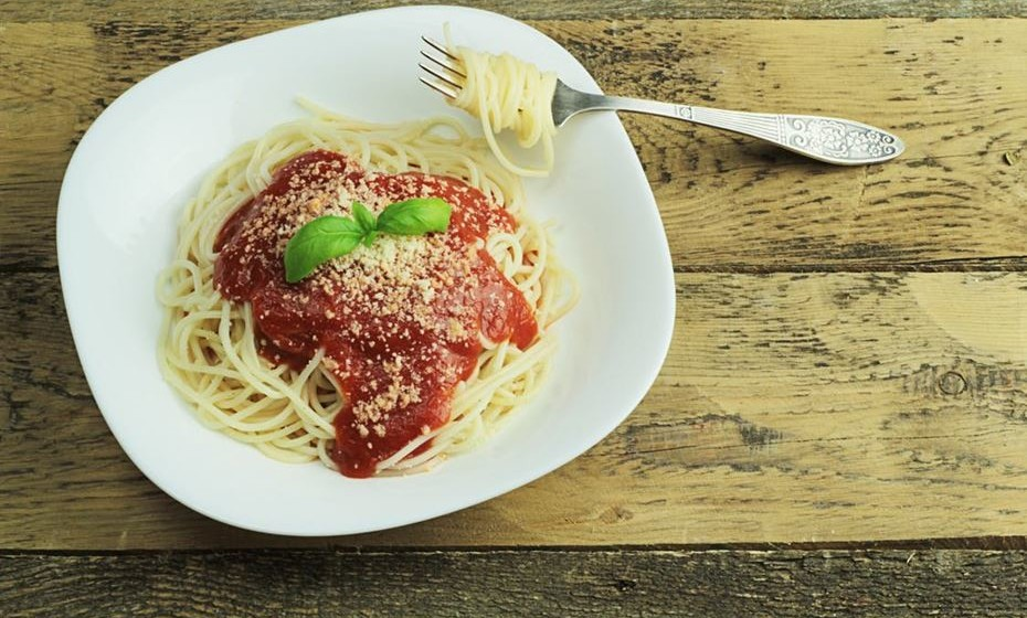 Reduza a quantidade de hidratos de carbono. Um prato de carbonara ao jantar não combina com dieta. Tente ingerir só pão ao pequeno-almoço e coma massa, batata ou arroz apenas ao almoço.