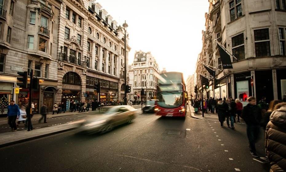 Troque o carro pelos transportes públicos, pela bicicleta ou pelas caminhadas. Organize um grupo de carpooling  com os seus colegas de trabalho.