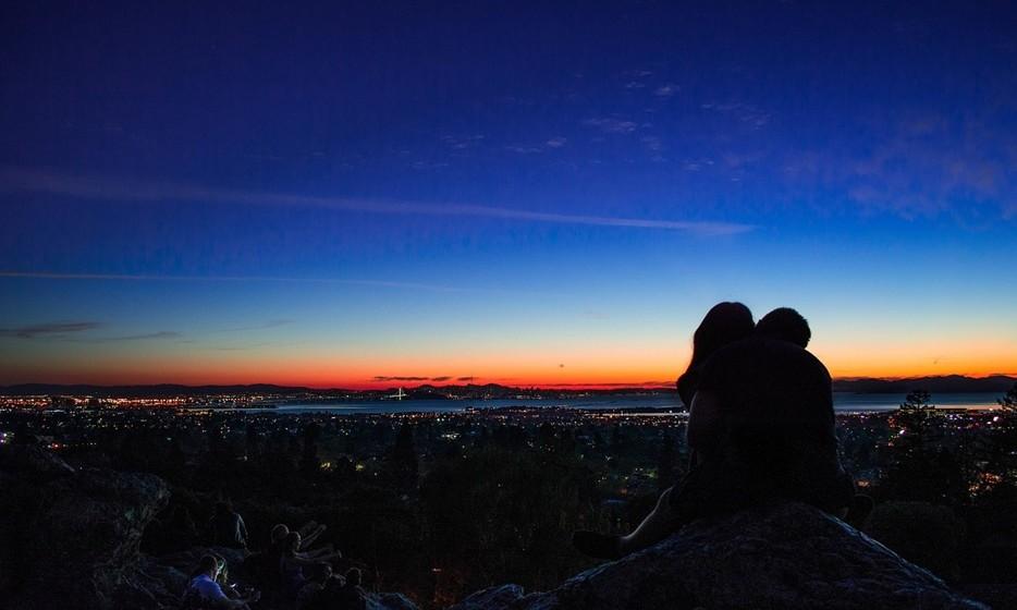 Ligação: O momento do beijo é muito íntimo. Há casais que conseguem um maior nível de intimidade nesta fase do que no sexo. É importante que os dois tentem sentir a reação do outro: a resposta física com as mãos e o restante corpo e a respiração.