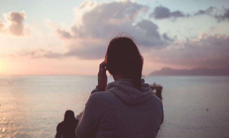 Desfrute da sua companhia: Claro que vai conhecer outros viajantes pelo caminho. Mas não tenha receio de estar sozinha e, pelo contrário, desfrute de um almoço na sua companhia ou um passeio junto à praia. São poucos os momentos em que o fazemos no nosso dia a dia.