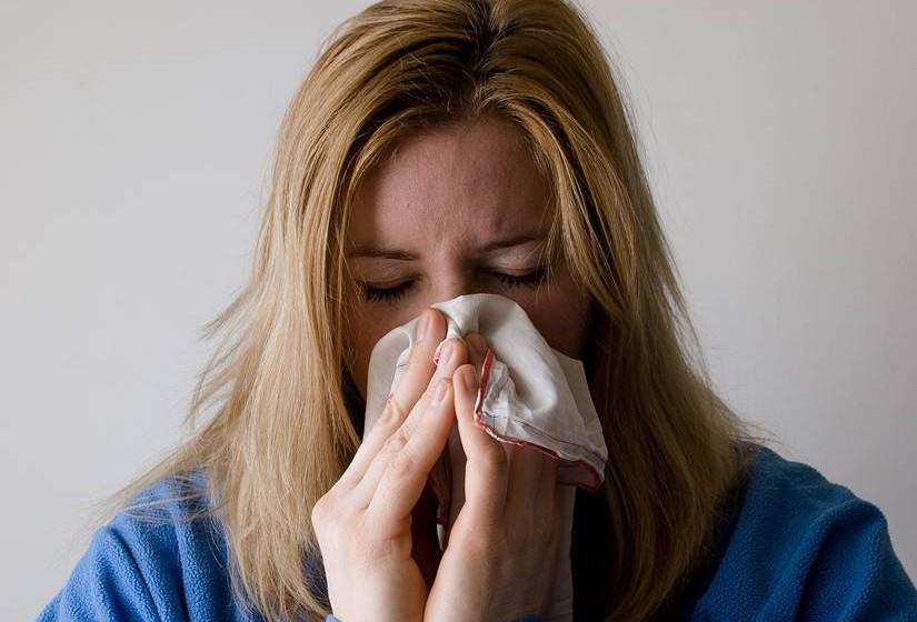 Se tossir ou espirrar, proteja a boca e o nariz com um lenço de papel de utilização única ou use o antebraço e não as mãos. Esta prática evita que o vírus se espalhe. Oriente as crianças para fazerem o mesmo. Não se esqueça de lavar as mãos ou usar um gel antissético após espirrar ou tossir.