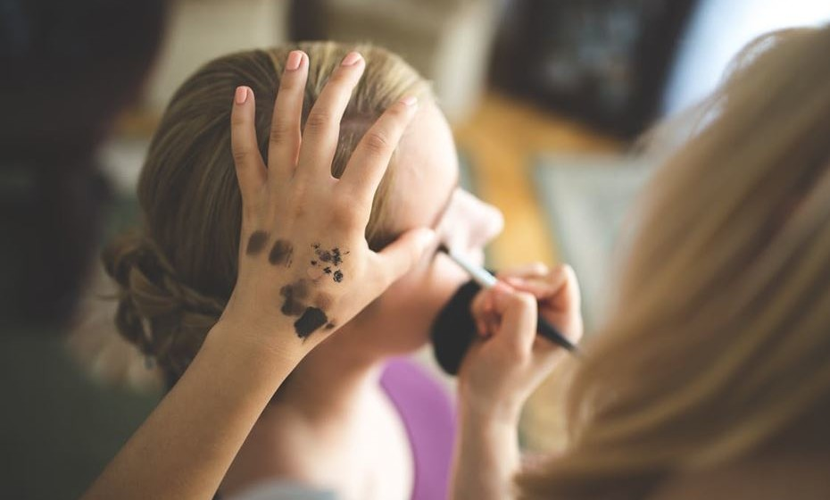 Gata: Pode marcar uma sessão de maquilhagem conjunta com um grupo de amigas. Procurem tutoriais de maquilhagem na internet e optem pelas maquilhagens de animais.