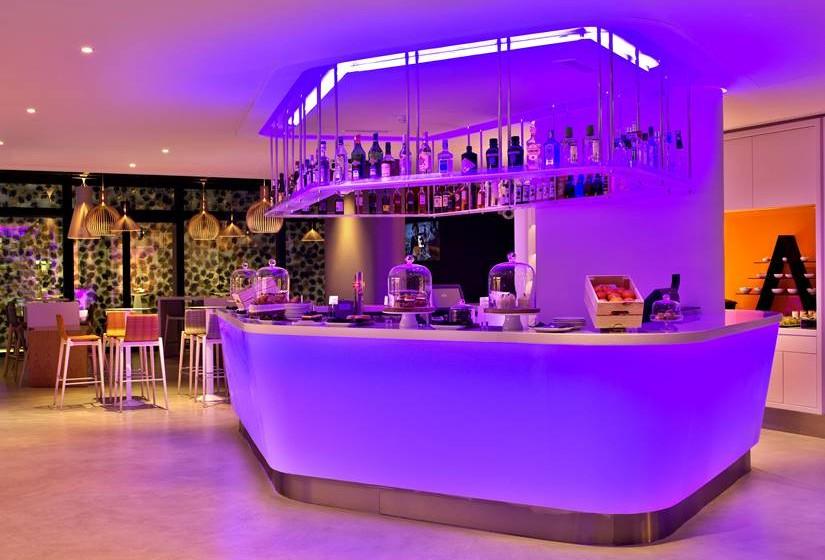 O bar está localizado na entrada do hotel.