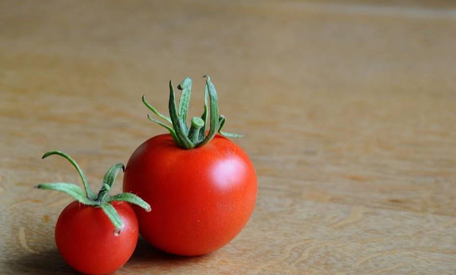 Alguns alimentos são colocados no frigorífico erradamente. Não só não necessitam de refrigeração, como, em alguns casos, podem até mesmo perder qualidades se mantidas no frigorífico. É o caso do tomate, feijão, pepino, abóboras e fruta exótica. O pão também se deteriora mais rapidamente se mantido no frigorífico.