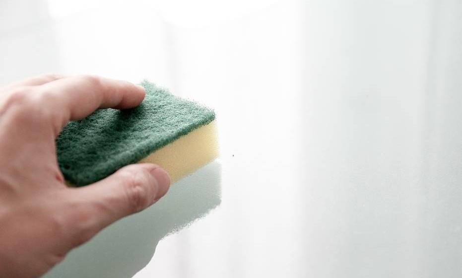 É aconselhável descongelar o frigorífico regularmente, utilizando água quente com um pouco de vinagre para eliminar odores desagradáveis. Fonte: Conselho Europeu de Informação Alimentar.