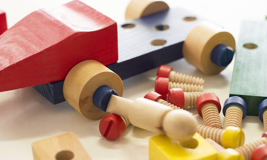 2 anos – é boa ideia criar a rotina de arrumar os brinquedos sempre depois de brincar. Esse comportamento é algo que se aprende e faz sentido ser trabalhado desde cedo.