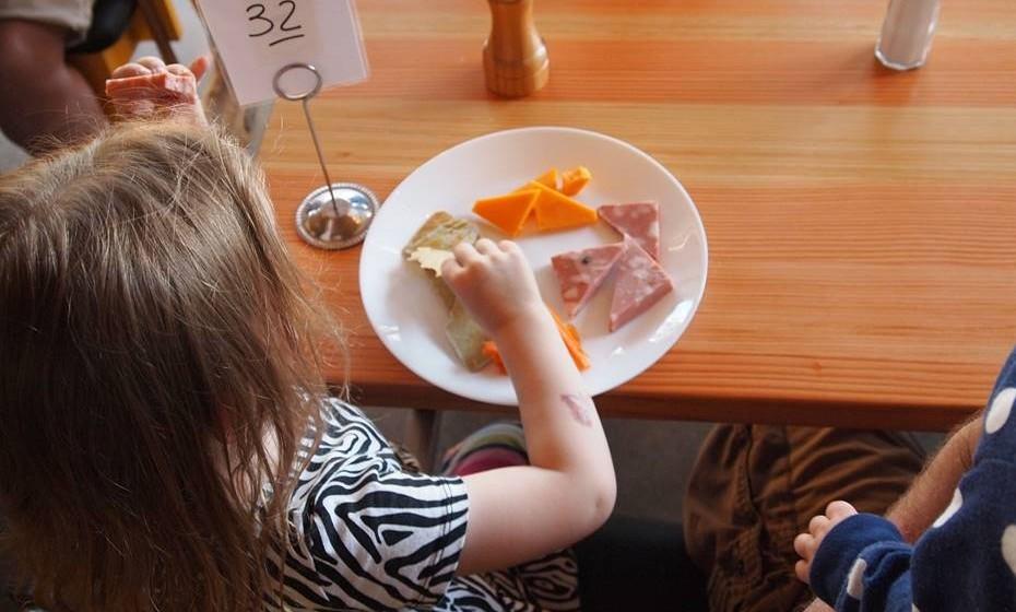 5 anos – com alguma ajuda e vigilância, já se pode ensinar às crianças a levantar o prato no fim da refeição. Podem ainda ajudar os pais a fazer a cama, a esticar os lençóis e os cobertores.