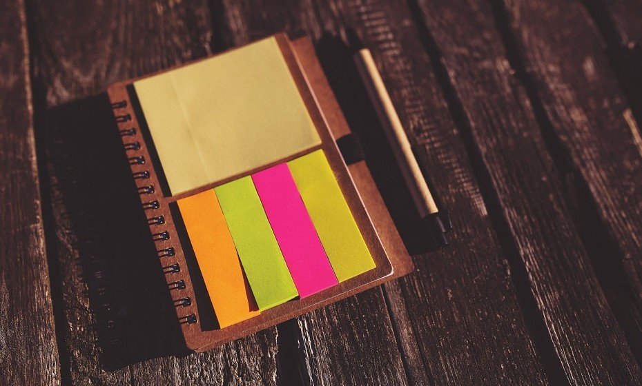 Escreva as suas metas/objetivos e coloque-as num lugar visível. Da próxima vez que entrar em stress depois de um dia difícil, esses objetivos irão lembrá-lo do porquê de trabalhar tão arduamente.