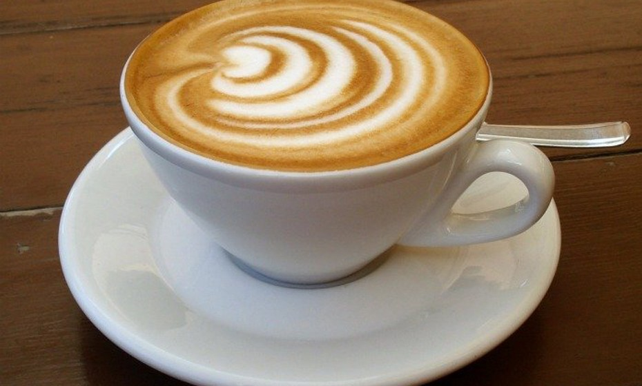 O cappuccino é uma daquelas bebidas clássicas para os dias de inverno. O que melhor do que a combinação perfeita entre o leite e o café para aquecer os dias de baixas temperaturas que se avizinham? Segundo a receita italiana original, o cappuccino deve ter a mesma proporção de café, leite e espuma de leite.