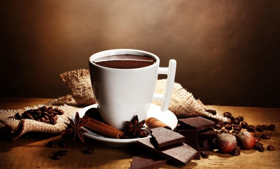 O chocolate quente é outra bebida que nesta altura do ano sabe muito bem. Pode ser feito com água ou com leite, devendo a bebida ficar com um pouco espesso (o quanto baste, de acordo com as preferências de cada um) e com um 'toque suave'. Deixe-se adocicar pelo sabor do chocolate.
