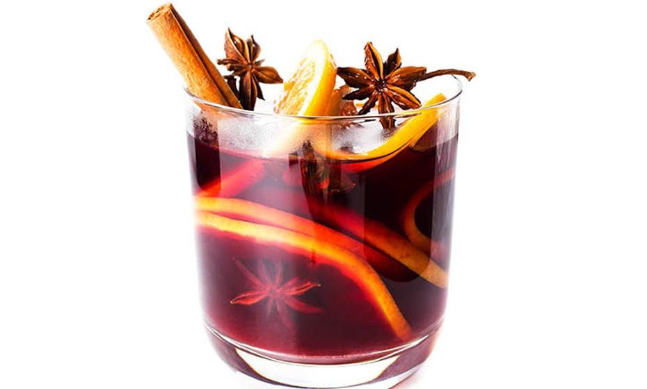 : O vinho quente é a conjugação entre o álcool e algumas especiarias, como o cravo, gengibre, canela ou noz-moscada. Parece-lhe bem? A nós também.