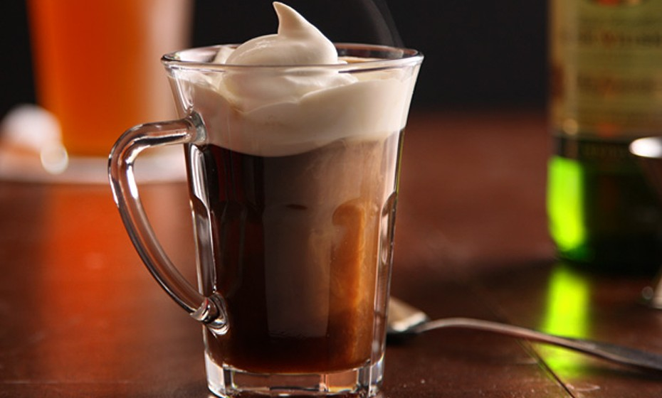 O café irlandês é composto por café e whiskey, e como o nome indica muito popular na Irlanda. Já em tempos de outrora, era uma bebida muito utilizada: no inverno era dada aos passageiros americanos para se aquecerem depois do seu desembarque na Irlanda.