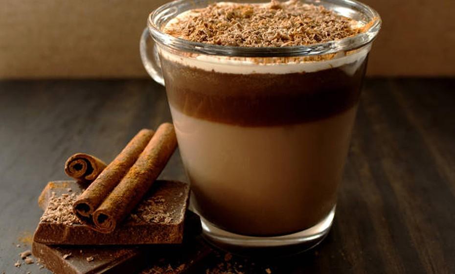 O mocaccino é a bebida ideal para quem não consegue decidir se quer café, chocolate ou leite. E por que não juntar tudo? A receita italiana junta estes três ingredientes e proporciona-lhe uma experiência deliciosa e quente.