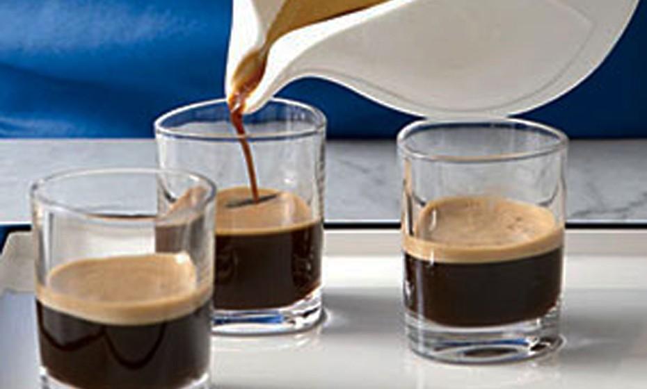 O café cubano é um café que, para além deste ingrediente, conta ainda com sumo de laranja, leite fresco, hortelã e com um dos produtos mais famosos de Cuba: o rum. No verão pode adicionar um pouco de gelo à receita, contudo para o outono/inverno aconselhamos que o beba sem gelo. Parece delicioso, não acha?