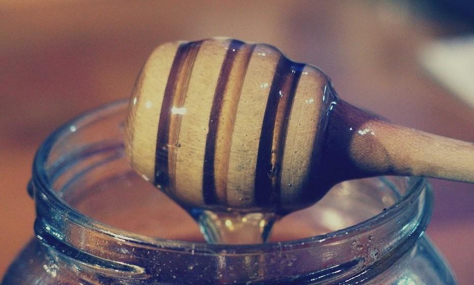 Gel facial de mel - Esta é uma receita simples. Basta combinar na palma da sua mão uma colher de mel cristalizado, meia colher de sopa de bicarbonato de sódio e misturar tudo. De seguida, aplicar na pele molhada. O mel tem propriedades antibacterianas e o bicarbonato de sódio exfolia gentilmente a pele.