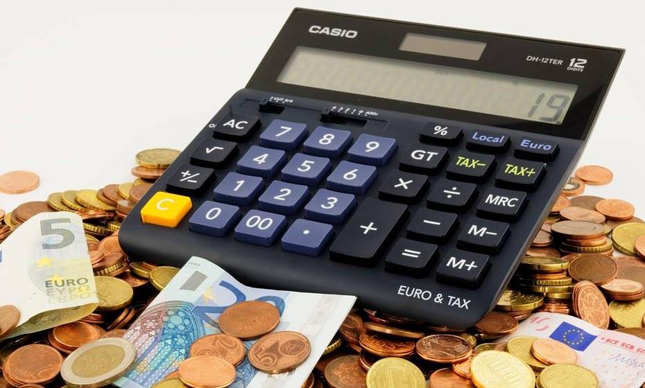 Orçamentar: Há várias aplicações gratuitas que são ótimas ferramentas para o desenvolvimento de um orçamento conjunto, com espaço para ganhos e despesas e ainda lembretes para pagamentos de despesas fixas.
