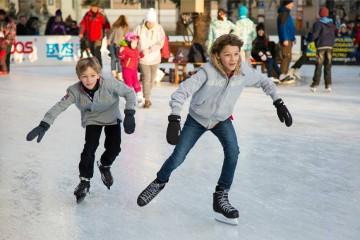 Para principiantes ou experientes, em época natalícia, as pistas de gelo surgem um pouco por todo o país e convidam a momentos de grande diversão. Deixamos-lhe algumas sugestões onde pode divertir-se em família. O segredo é esquecer, por instantes, a azáfama do Natal, pôr o gorro, o cachecol e as luvas, calçar os patins e deixar-se deslizar.