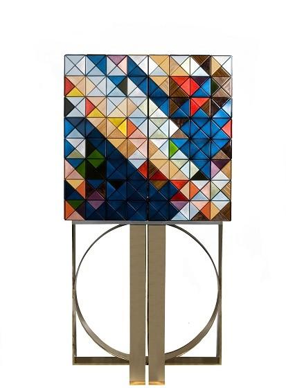 'Pixel Cabinet' é uma peça que é composta por 1088 triângulos e demonstra o cuidado e dedicação de quem a construiu. Resulta de um esforço honrar a união entre o design e o artesanato. Peça utilizada no primeiro filme.