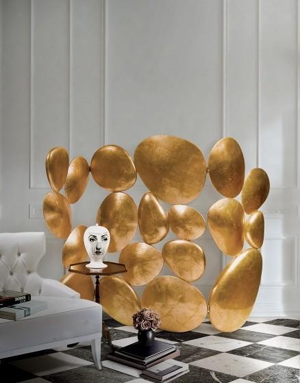 'Gold Folding Screen' é uma peça com ouro que simboliza riqueza e prosperidade. Peça utilizada no primeiro filme.