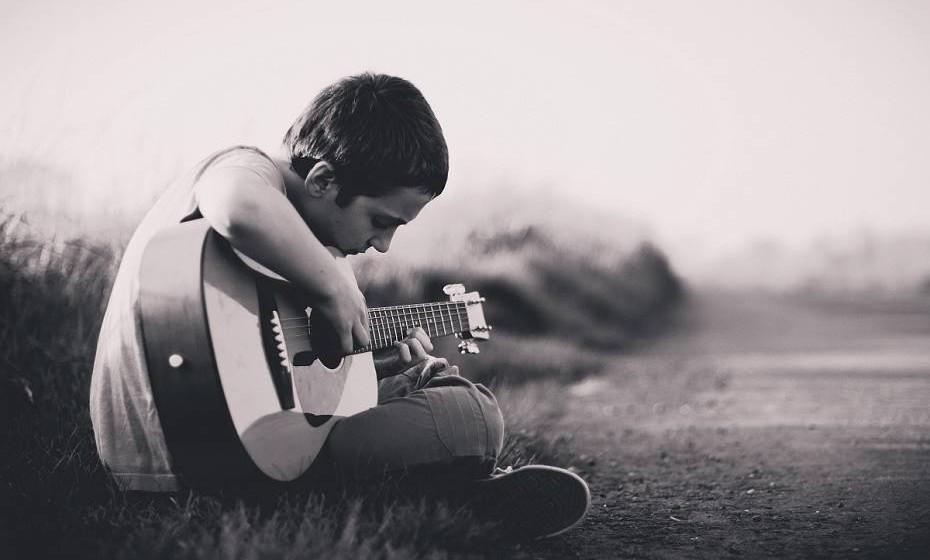 Faz atividades lúdicas extraescola: Tocar guitarra, um desporto, artesanato, etc. O futuro agradece.