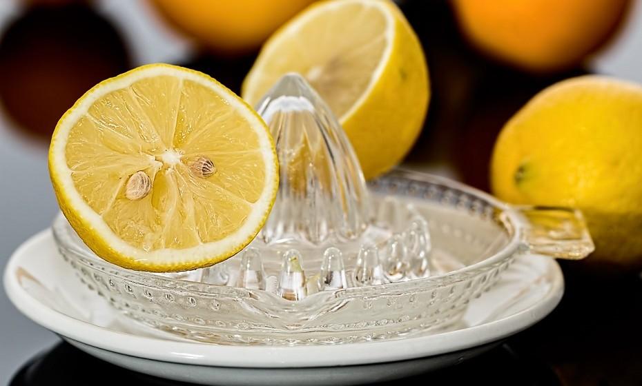 Ajuda na digestão: O sumo de limão ajuda a eliminar toxinas indesejadas do seu corpo. A sua composição atómica ajuda o fígado a produzir suco biliar, um ácido necessário para a digestão.