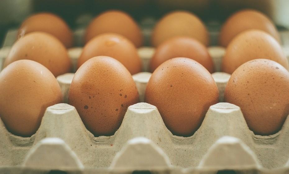 Ovos - São baratos e uma fonte rica em proteína. A gema contém a maior parte dos nutrientes: vitaminas A/D/E e colesterol para aumentar naturalmente os níveis de testosterona.