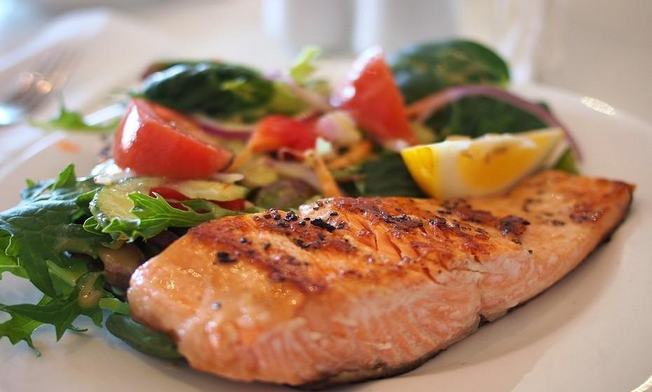 Salmão – Este peixe é uma das melhores fontes de Ómega-3 de ácidos gordos, que lhe dá 20g de proteína por 100g ingeridos.