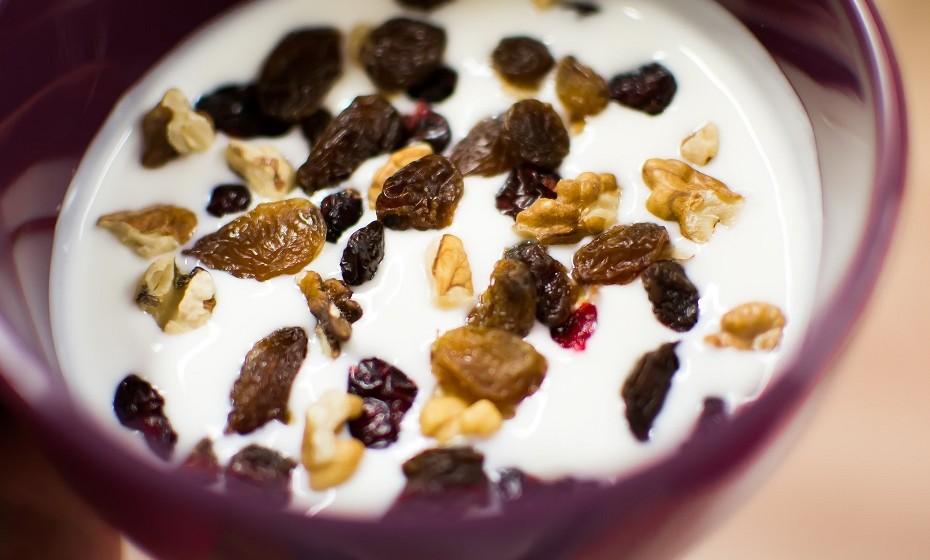 Iogurte - O Iogurte contém uma bactéria que melhora a saúde gastrointestinal. Opte por iogurte magro sem açúcares adicionados. Coma o iogurte combinado com fruta e sementes de linhaça.